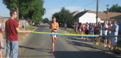 2. Ženskú desiatku vyhrala popredná slovenská reprezentantka v atletike a duatlone Petra Fašungová z banskobystrickej Dukly.