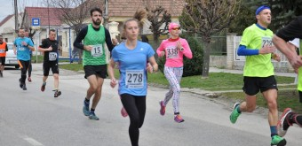 Prvenstvo v ženskej kategórii od 35 do 49 rokov si odniesla Lenka Porubská (278) z juhoslovenského Hviezdoslavova. Zverenka trénera Š. Demoviča zabehla čas 40:51 min a celkovo skončila siedma. Vytrvalostnému behu sa venuje iba tretiu sezónu.