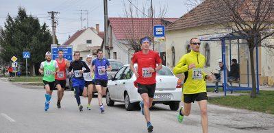 Dubničan Miroslav Ilavský (št. č. 129) je majstrom Slovenska 2014, 2015 v maratónskom behu trojčlenných družstiev. Na Majcichovskú desiatku 2016 prišiel osláviť svoje dvadsiate deviate narodeniny.