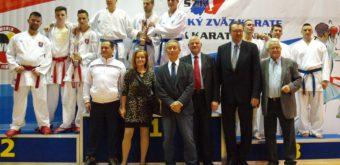 Dekorovanie tímovej súťaže Vianočného turnaja 2016 v kumite mužov. Víťazný stupienok obsadila reprezentácia Srbska, strieborní boli domáci karatisti.