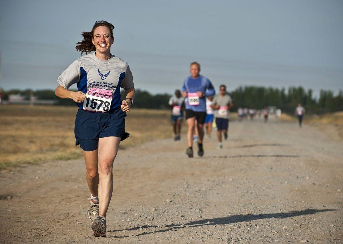 Běžkyně na běžeckém závodu