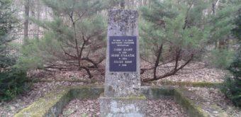 Pamätník trom mladým Chtelničanom, ktorých zavraždili 5. apríla 1945 ustupujúci nemeckí hitlerovci. Na tomto pietnom mieste nad obcou býva každý rok bežecká obrátka.