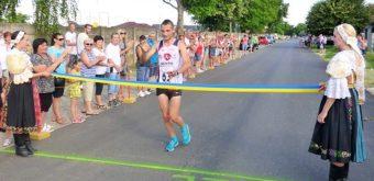 Minuloročný víťaz Marek Hladík preťal cieľovú pásku s dostatočným náskokom, vyše štyridsaťsekundovým, pred známym orientačným bežcom Mariánom Dávidíkom. Foto Vladimír Pastucha.