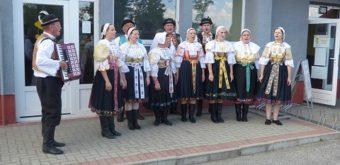 Vystúpenia folklórnej skupiny Špačinčanka, pod vedením harmonikára Jozefa Slezáka, pravidelne spestrujú atmosféru behu pred štartom aj pri záverečnom vyhodnotení. Foto Marta Országhová.