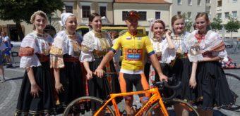 Absolútny víťaz 61. ročníka, Slovinec Jan Tratnik (CCC Sprandi Polkowice), vzajatí ženskej krojovanej skupiny.