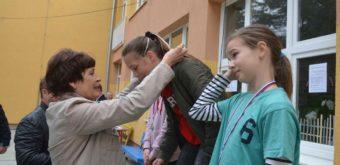 Anka Chmelková-Blanáriková odovzdávala medaily vrodnej obci aj nedávno, pri20. edícii Špačinského jarného krosu za účasti 206 dievčat achlapcov zo siedmich vidieckych škôl. Foto: Mária Kyselicová