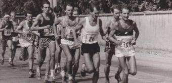 Dlhoroční maratónski reprezentanti ČSSR Jiří Kaňa (štart. č. 140) aZdeněk Zalubil (26) včele pelotónu.
