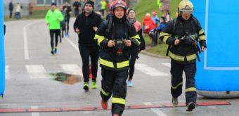 Obdivuhodný tandem trnavských hasičov, Zoran Benedikovič – Eduard Glemba, vatypickom bežeckom výstroji pri T-6.