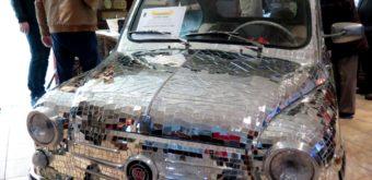 Fiat-šesťstovka aprecízne nalepených 10484 zrkadielok sobrúsenými hranami.