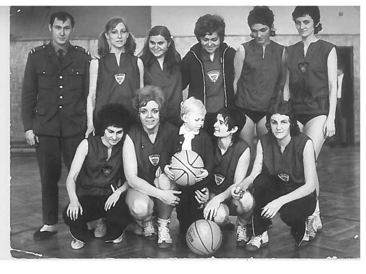 Adamcova manželka Anka (za slobodna Gerhátová bola basketbalová reprezentantka ČSSR) učila telocvik v trnavskej PdF UK aj hrala basketbal za tamojšiu Telovýchovnú jednotu VŠ. Na fotografii stojí druhá sprava. Jej prvorodený syn Jožko je v strede dolného radu. Foto: archív Eleny Hrebíčkovej