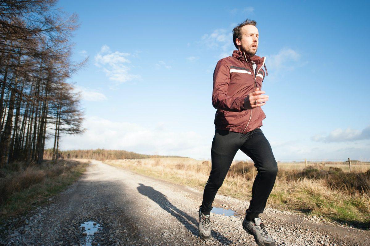 Běžec v zimě do kopce, Zdroj: Unsplash